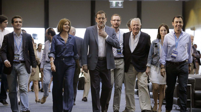 Foto: Rajoy junto a sus más allegados colaborades en las tareas de gobierno a su llegada a la Conferencia Política del PP. (Foto: EFE)