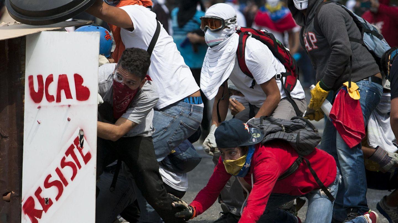 Opositores durante enfrentamientos con las fuerzas del orden en Caracas (Reuters).