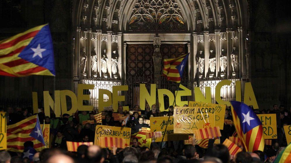Foto: Un millar de personas piden un acuerdo entre JxS y la CUP en Barcelona. (EFE)