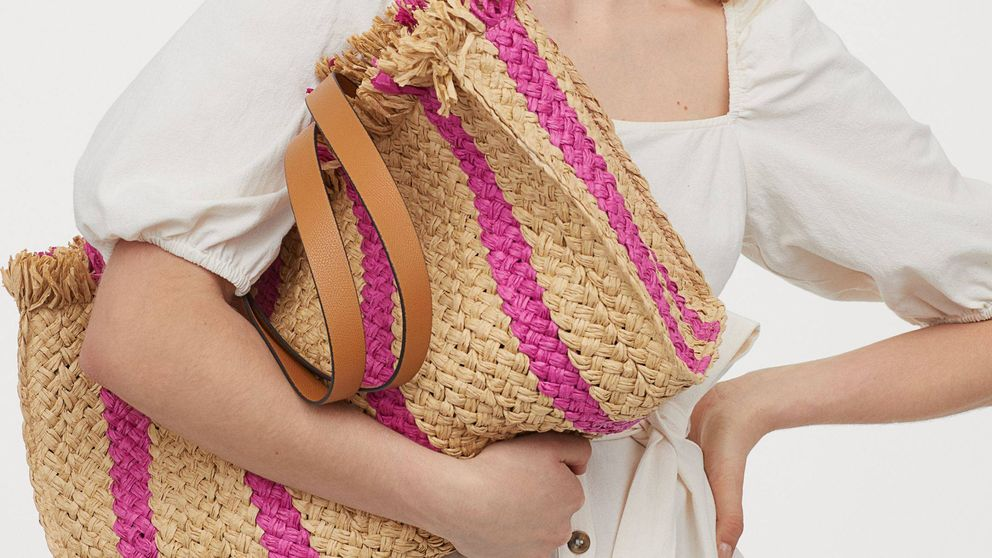 Los tejidos naturales vuelven a ser tendencia, y este bolso y sombrero de H&M son todo lo que necesitas para lucirla