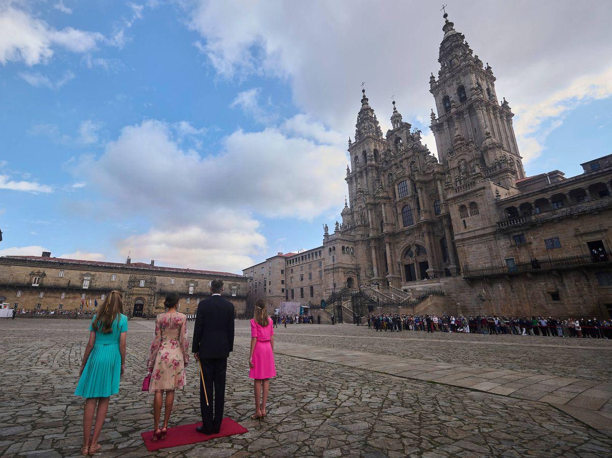 Foto: La familia real, frente a la catedral de Santiago. (Limited Pictures)