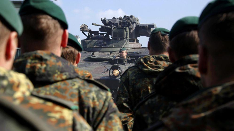 Foto: Miembros del 371º batallón de infantería blindada del ejército alemán durante unas maniobras en Marienberg, en abril de 2015. (Reuters)