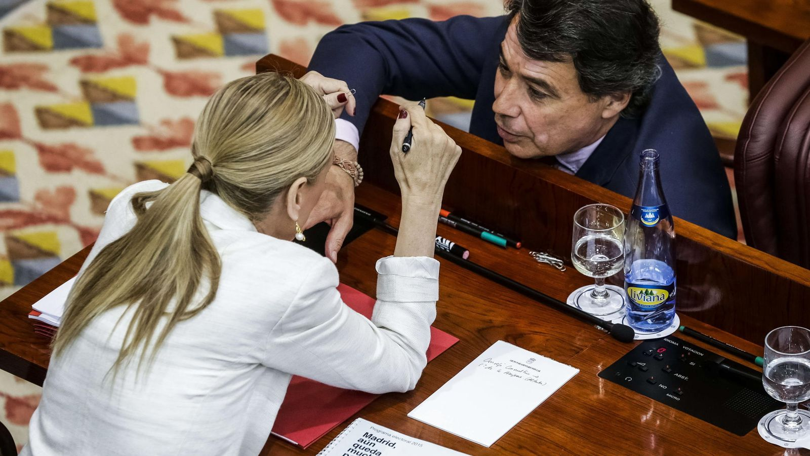 Foto: La presidenta de la Comunidad de Madrid, Cristina Cifuentes, conversa con su antecesor, Ignacio González. (EFE)