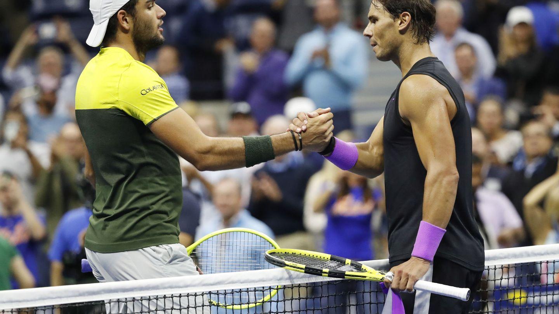 Rafa Nadal of Spain (d) y Matteo Berrettini se saludan tras la semifinal del US Open ganada por el español. (EFE)