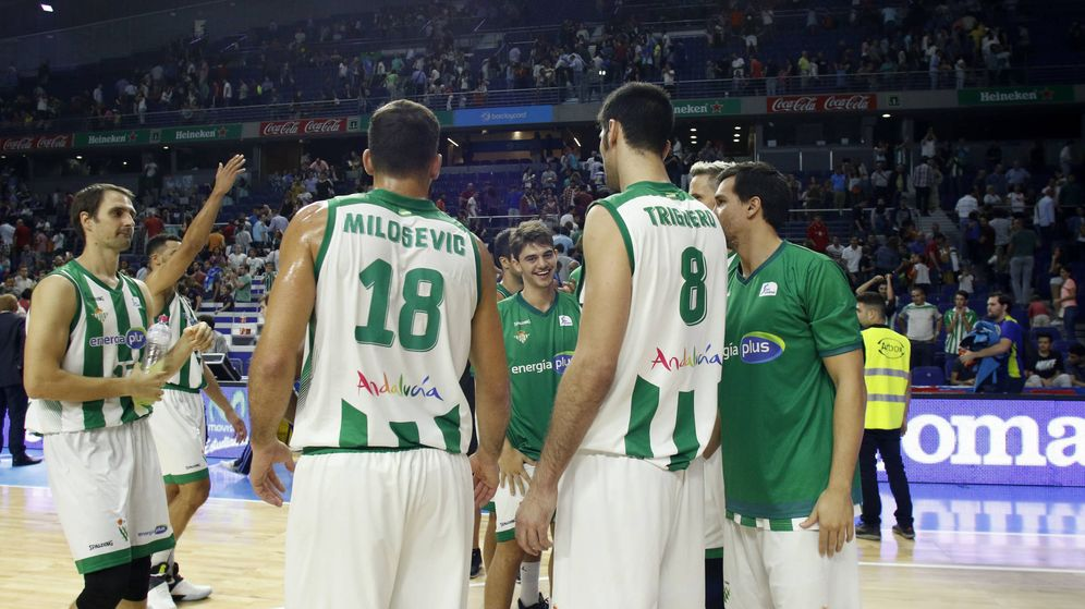 Foto: Los jugadores del Real Betis Energía Plus celebran su victoria (ACB Photo/E. Candel)