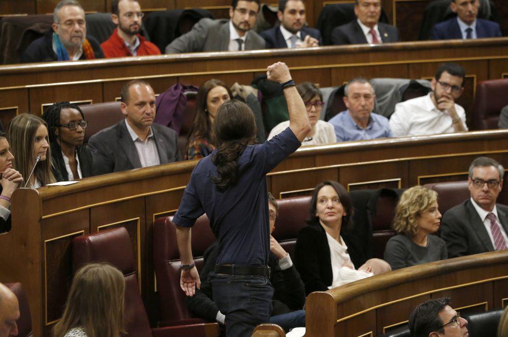 Foto: Pablo Iglesias, puño en alto, en el Congreso de los Diputados (EFE)