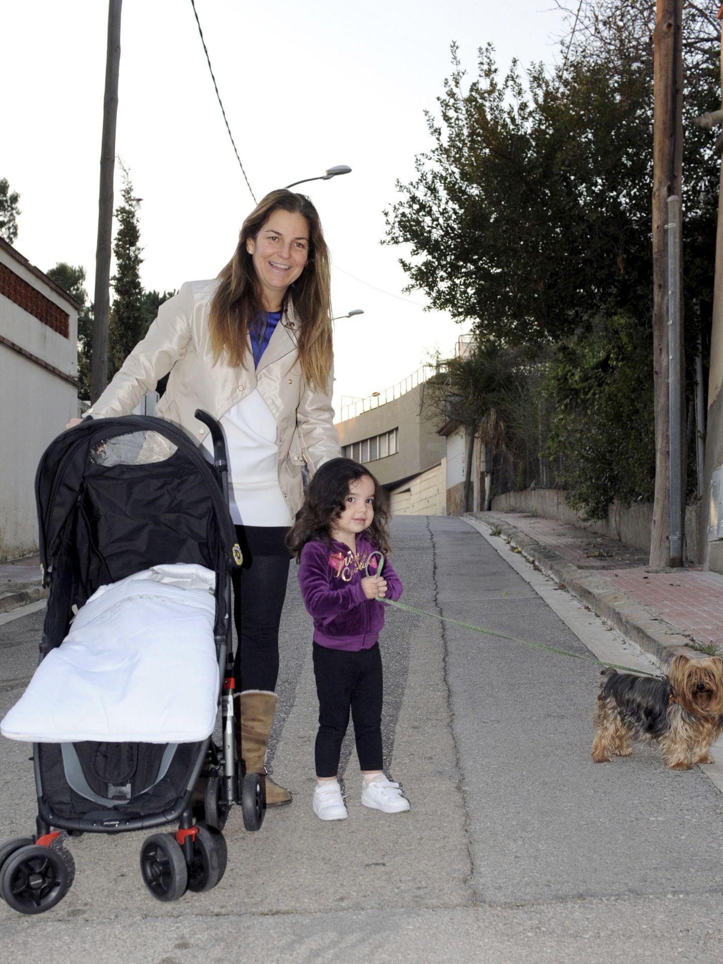 Arantxa Sánchez Vicario pasea por Esplugues con su hija.