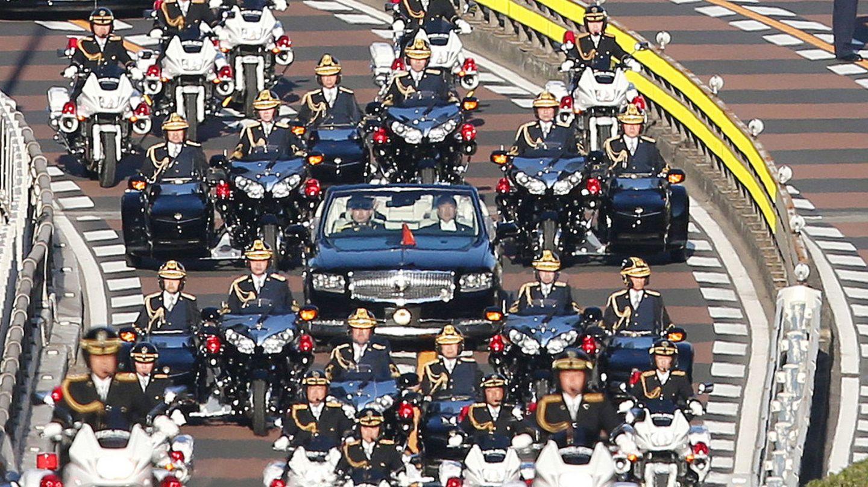 La limusina del emperador Naruhito y la emperatriz Masako, rodeada de un fuerte dispositivo de seguridad. (EFE)