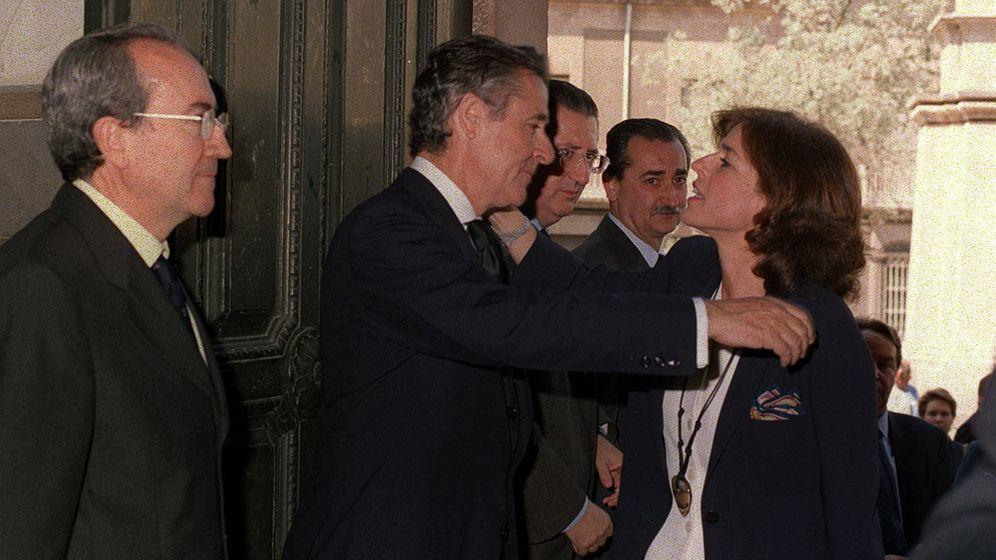 Foto: Miguel Blesa saluda a Ana Botella en el funeral de la madre del expresidente de Caja Madrid. (Enrique/Ideal)