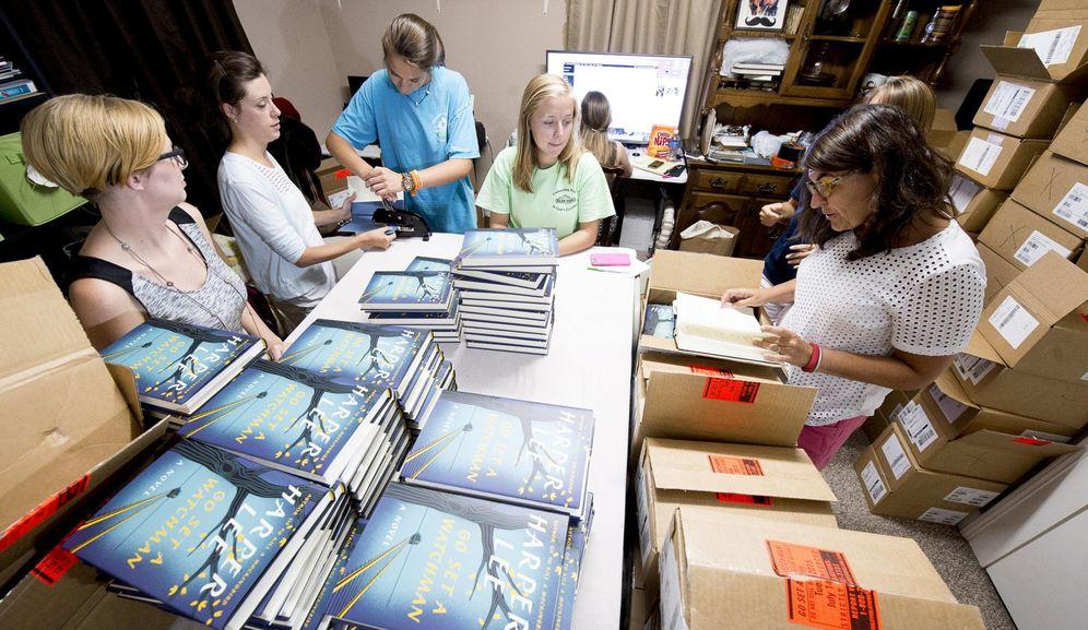 Foto: Empleados de una librería en Alabama colocan los ejemplares del libro 'Ve y pon un centinela'. (REUTERS)