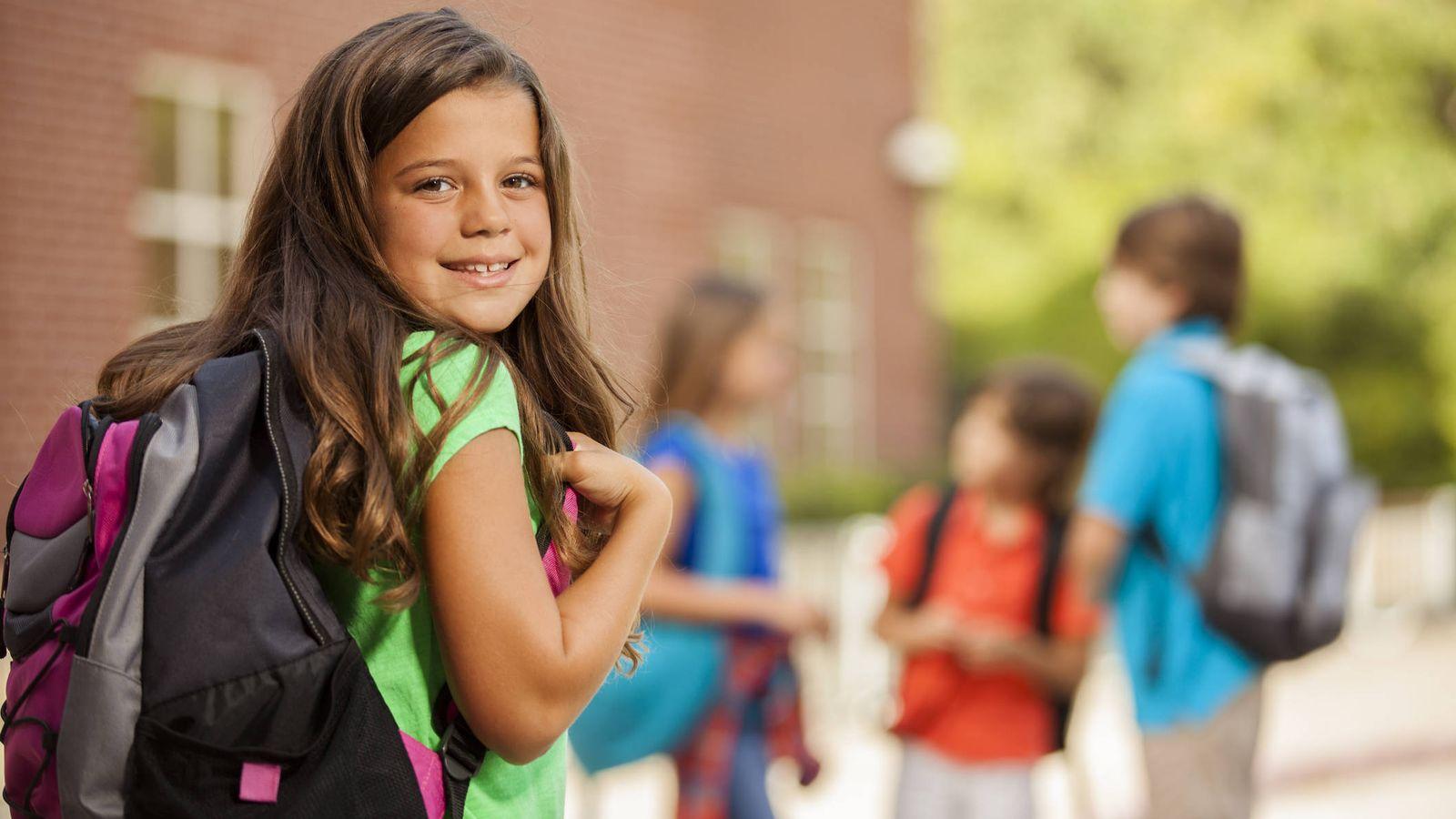 Foto: Una niña, a la entrada de su escuela. (iStock)