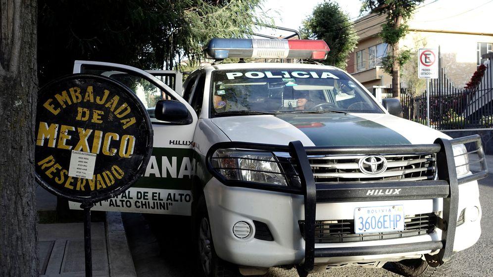 Foto: Patrulla de policía cerca de la embajada de México. (Reuters)