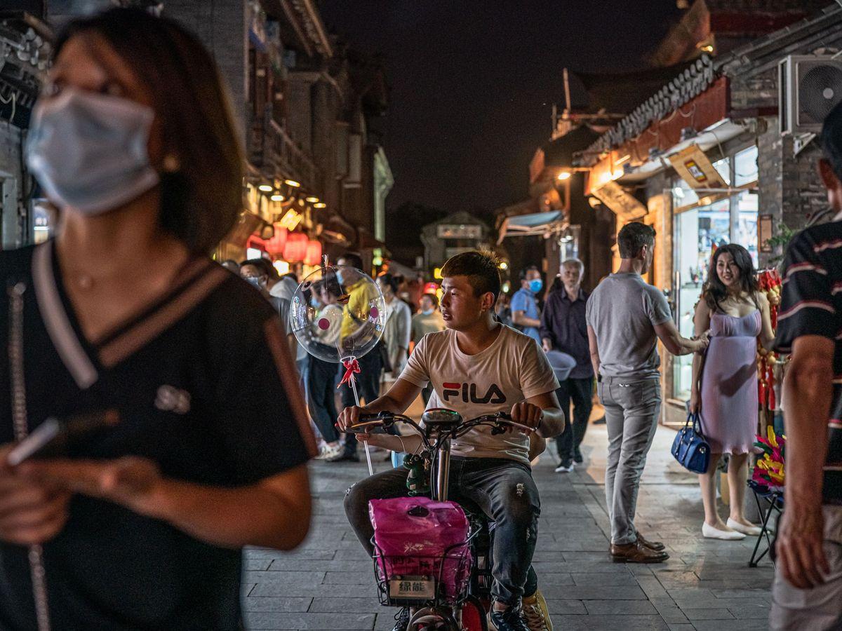Foto: Gente de compras en Houhai lake en Pekín (EFE)