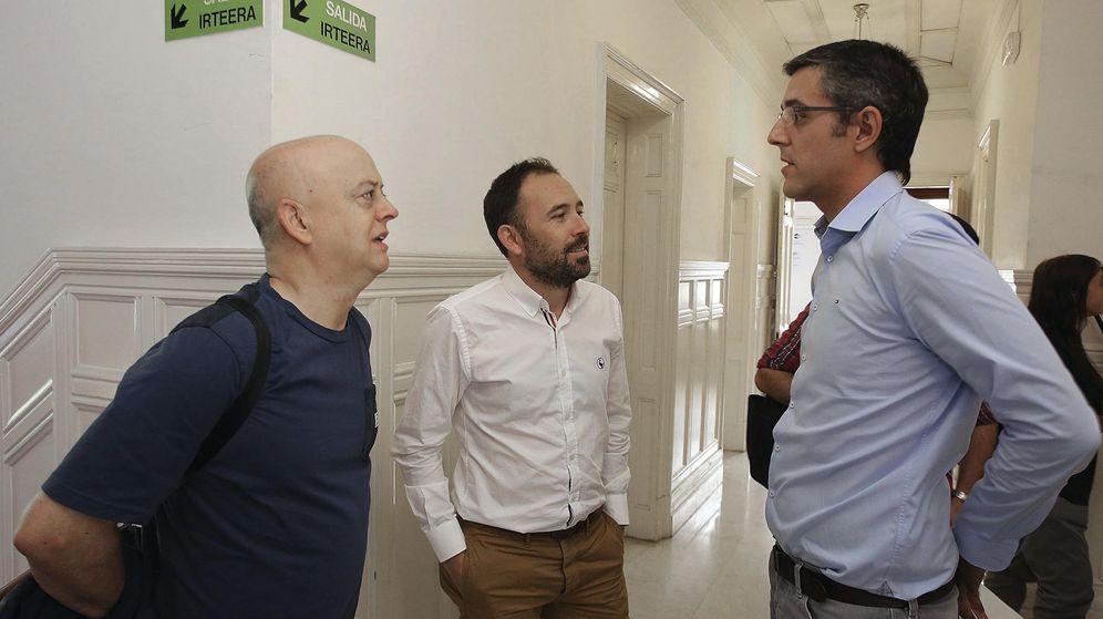 Foto: Eduardo Madina, junto a los socialistas Odón Elorza, cabeza de lista por Gipuzkoa, y Denis Itxaso, el pasado 9 de julio. (EFE)