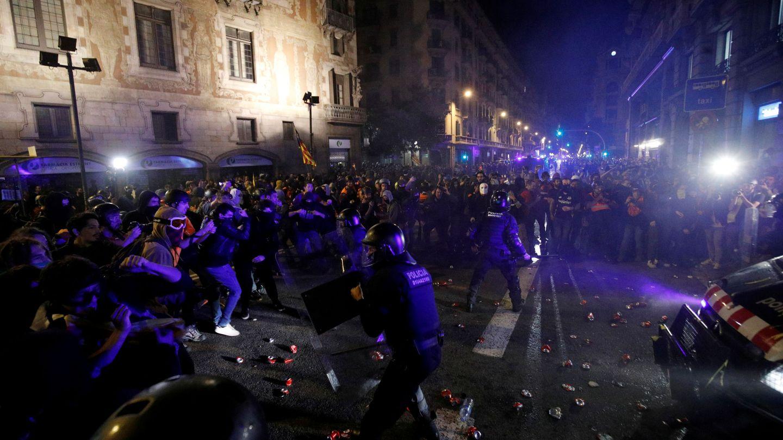 Imagen de las cargas policiales en Vía Laietana. (EFE)