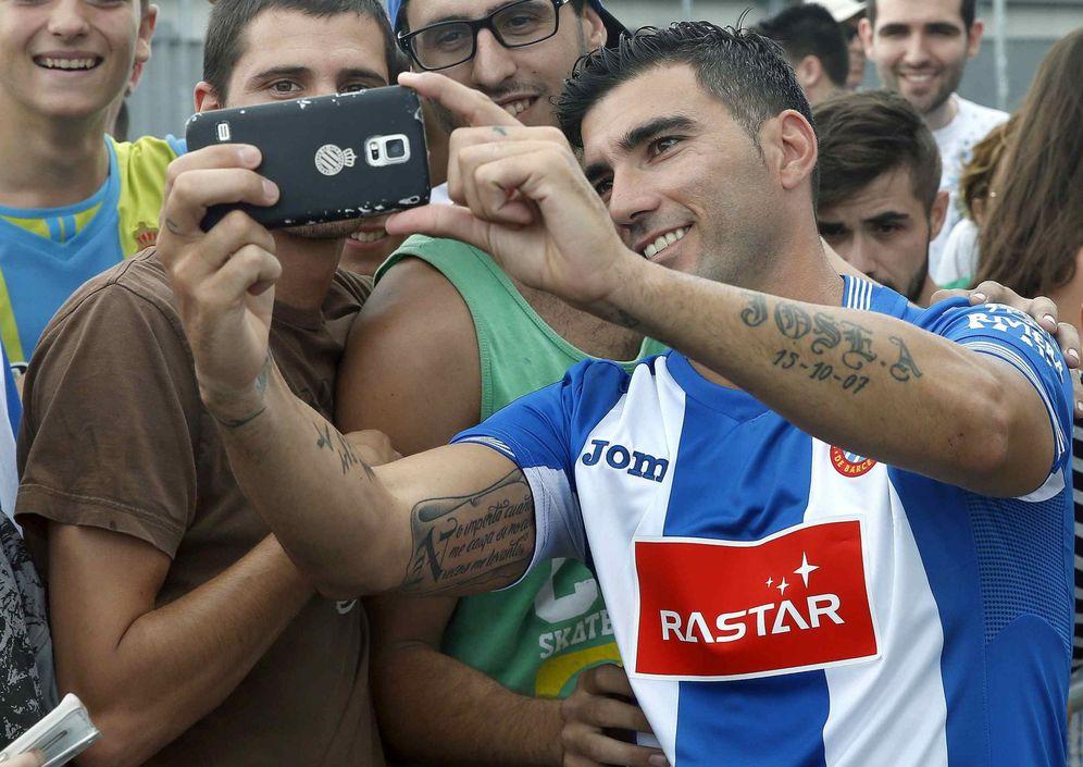 Foto: José Antonio Reyes, en la imagen junto a unos aficionados del Espanyol (EFE)