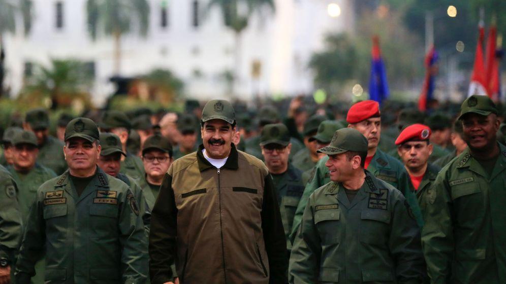 Foto: Nicolás Maduro, en la marcha junto a cientos de militares. (Reuters)