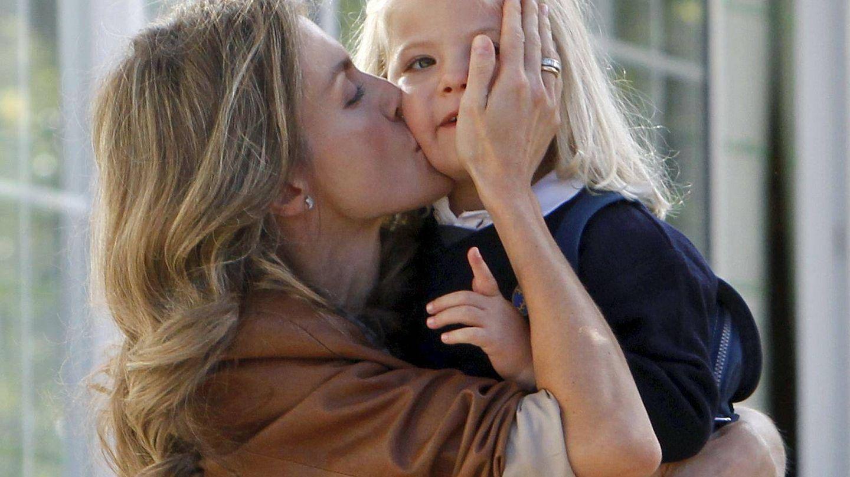 La Reina consolando a la infanta Sofía. (EFE)