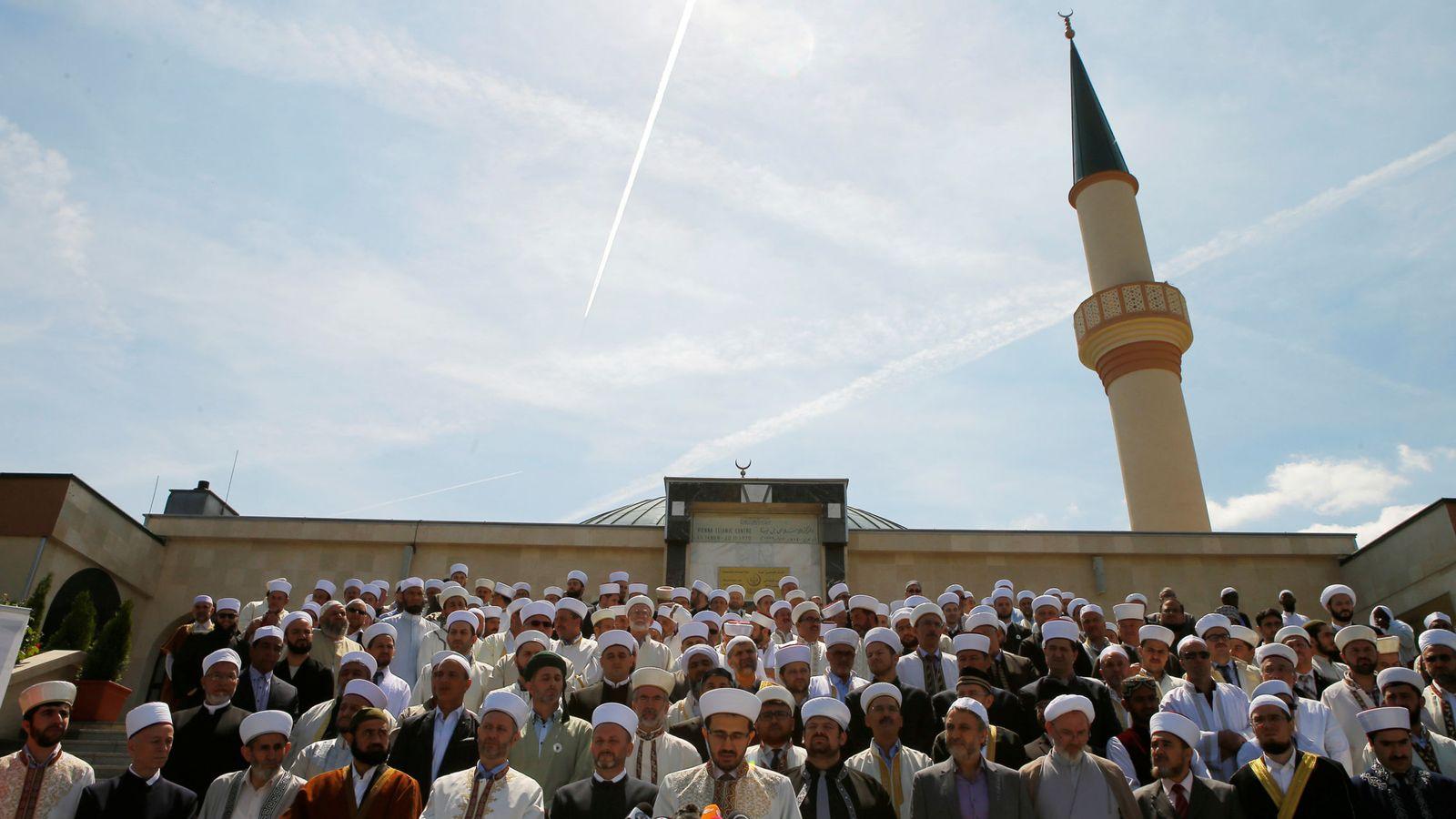 Foto: Imanes de Austria durante una concentración ante una mezquita de Viena, en junio de 2017. (Reuters)