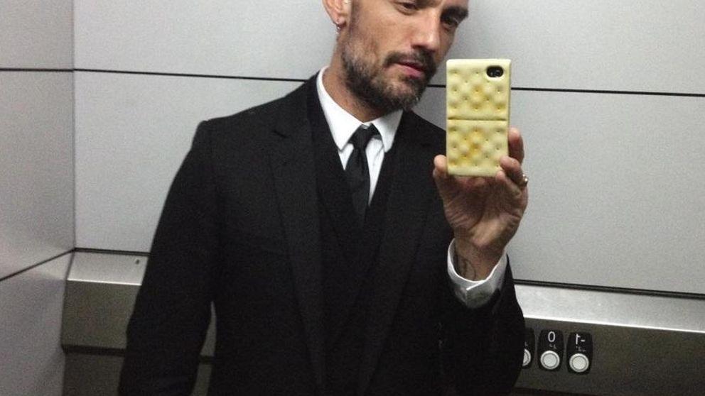 David Delfín vuelve a las andadas con su extraña afición en el ascensor