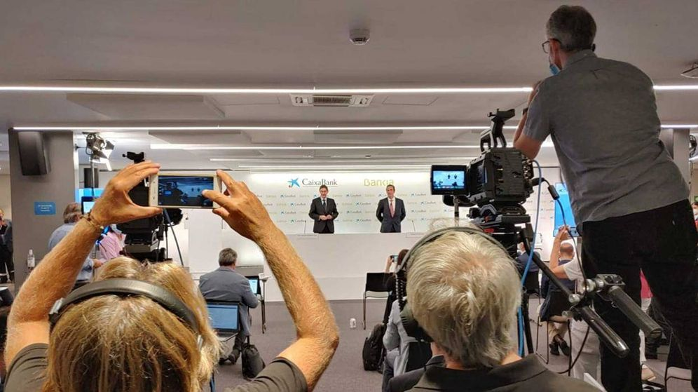 Foto: Rueda de prensa de la presentación de la fusión Bankia-CaixaBank.