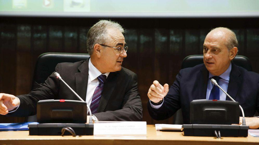 Foto: El secretario general de Instituciones Penitenciarias, Ángel Yuste, junto al ministro del Interior, Jorge Fernández Díaz. EFE)