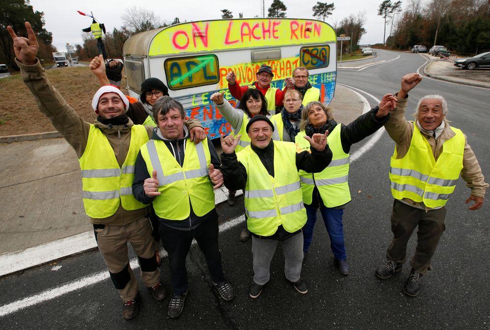Foto: Chalecos amarillos ante una pintada que reza No renunciamos a nada durante una protesta en Cissac-Medoc, Francia. (Reuters)