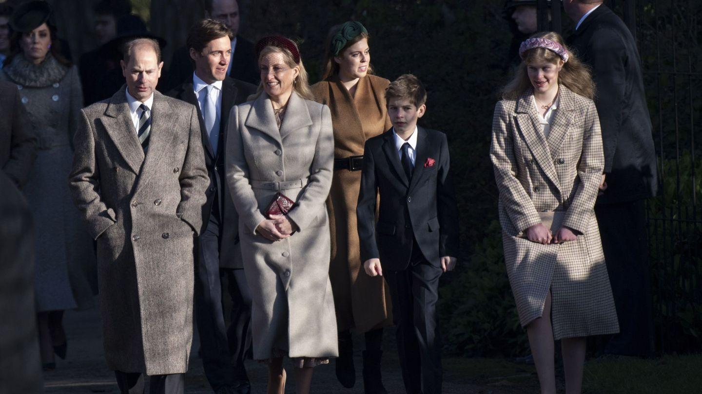 Lady Louise (derecha), junto a su familia en la misa de Navidad en Sandrigham. (EFE)