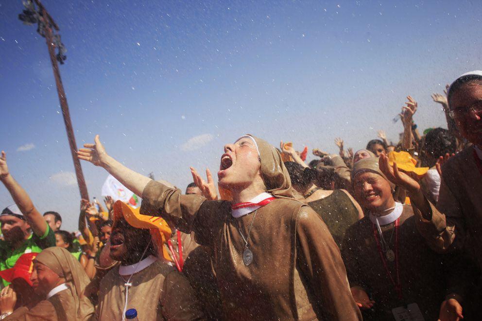 Foto: Un grupo de monjas aguarda el comienzo de una vigilia con el Papa en Cuatro Vientos, Madrid, en una imagen de archivo (Reuters).