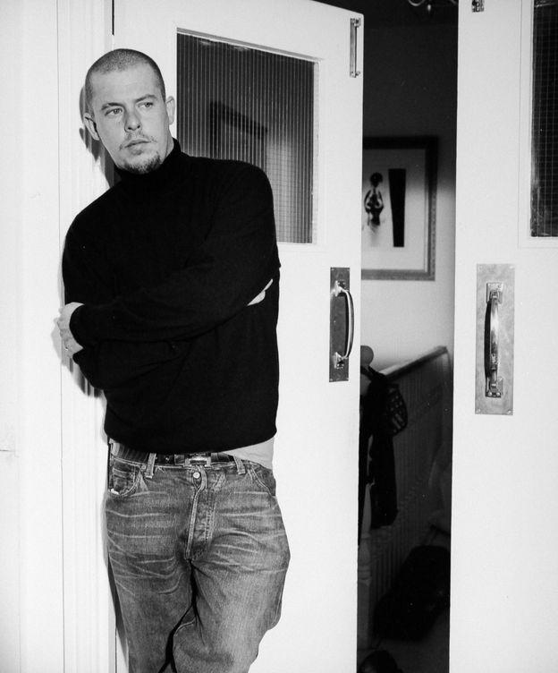 Foto: El modisto Alexander McQueen en una imagen de archivo. (Imagen: Vértigo Films/Cortesía)