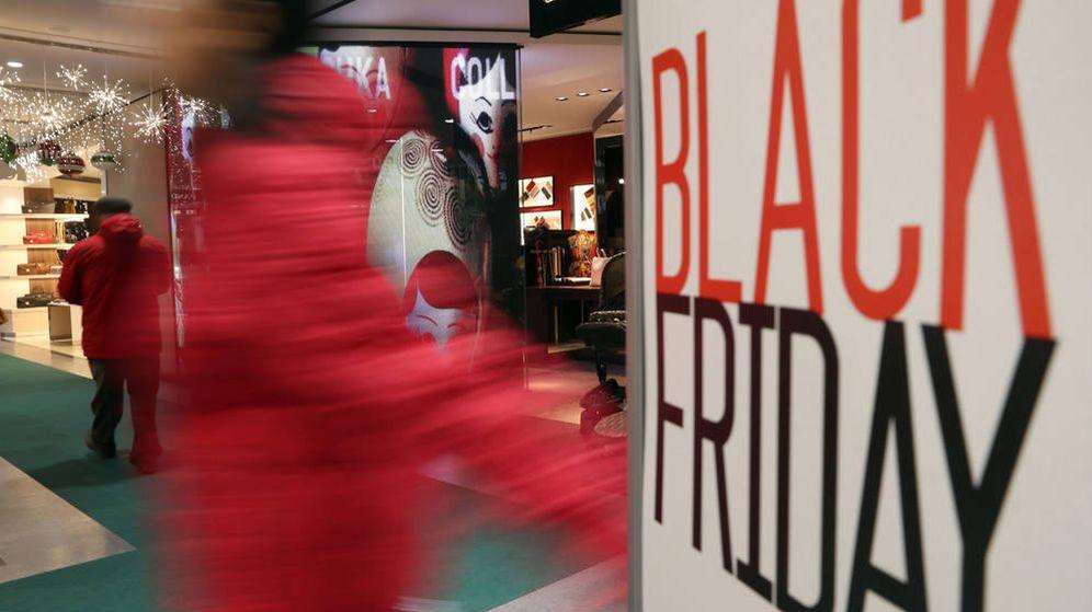 Foto: Varios compradores pasean por un centro comercial durante el Black Friday. (EFE)