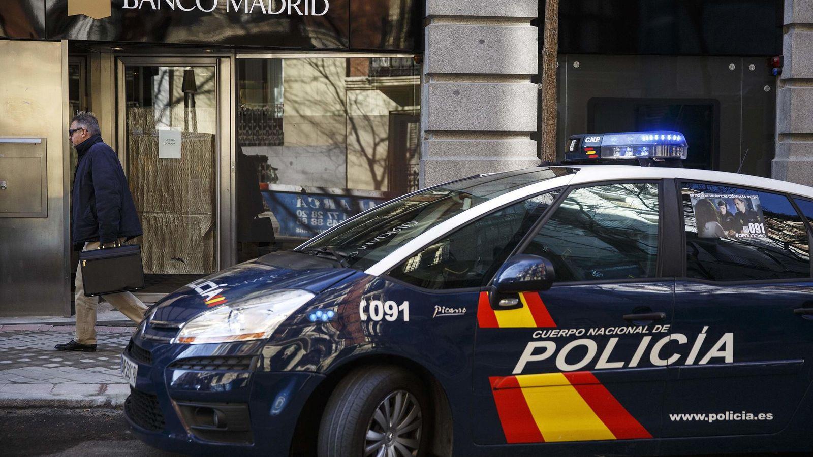 Foto: Un coche de policía frente a la sede del Banco de Madrid. (Reuters)