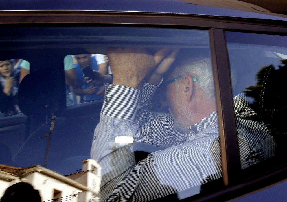 Foto: Avelino Pérez Pallares, un cargo de confianza del área de Sostenibilidad, Obras y Mantenimiento de edificios públicos del Ayuntamiento de Parla, tras ser detenido por agentes de la Guardia Civil. (EFE)