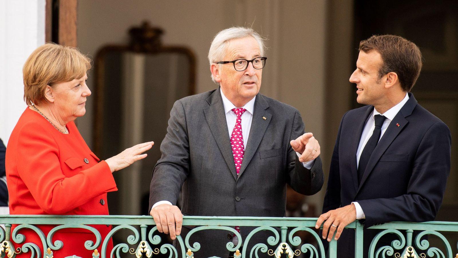 Foto: Macron y Merkel, en la reunión en que sellaron un gran acuerdo para el euro y la migración, con Jean-Claude Juncker. (EFE)