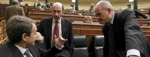 Foto: Zapatero aparece por sorpresa en el Congreso pero se esconde tras Jáuregui