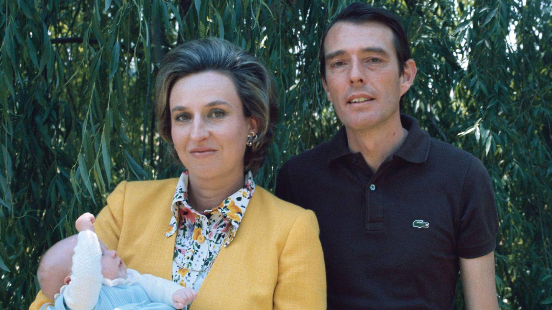 Doña Pilar y Luis Gómez-Acebo, con el pequeño Beltrán en brazos. (Getty)