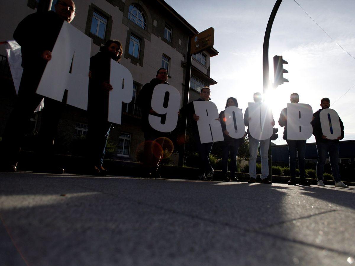 Foto: Concentración convocada por el BNG ante la Delegación del Gobierno en Galicia en diciembre de 2019 para protestar por la subida de los peajes en la autopista AP-9. (EFE)