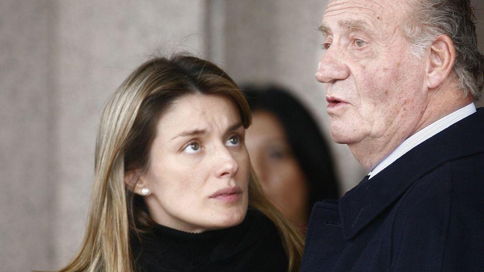 Foto: La reina Letizia abatida en el entierro de su hermana con el rey don Juan Carlos. (AP)