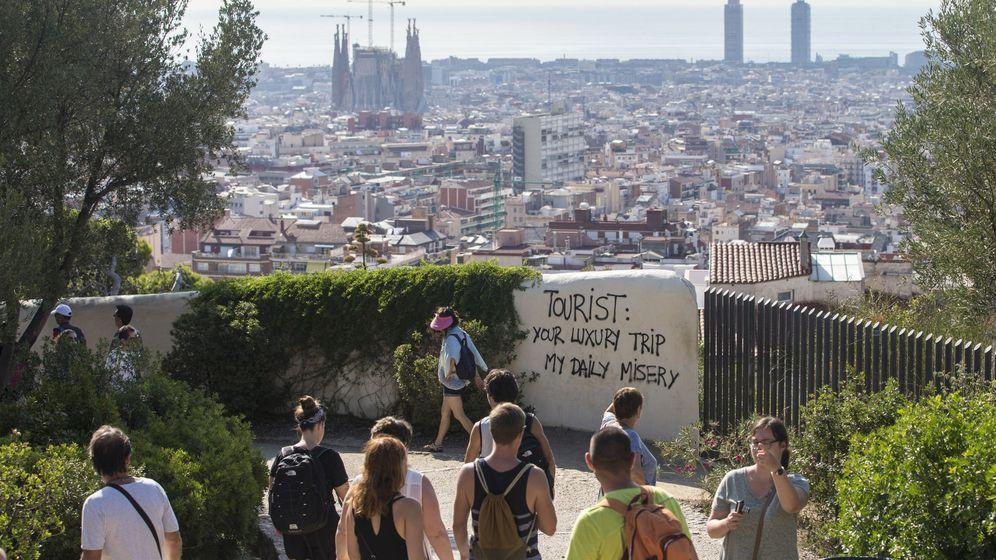 Foto: Un grupo de turistas pasea por los alrededores del Parque Güell de Barcelona. (EFE)