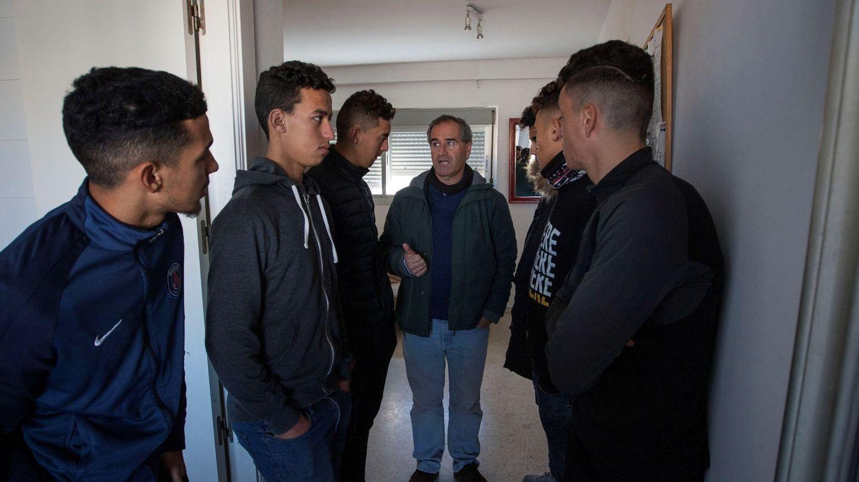 Inmigrantes que tras cumplir la mayoría de edad han dejado el centro de acogida para trasladarse a un piso gestionado por la ONG 'Voluntarios por otro mundo'. (EFE)