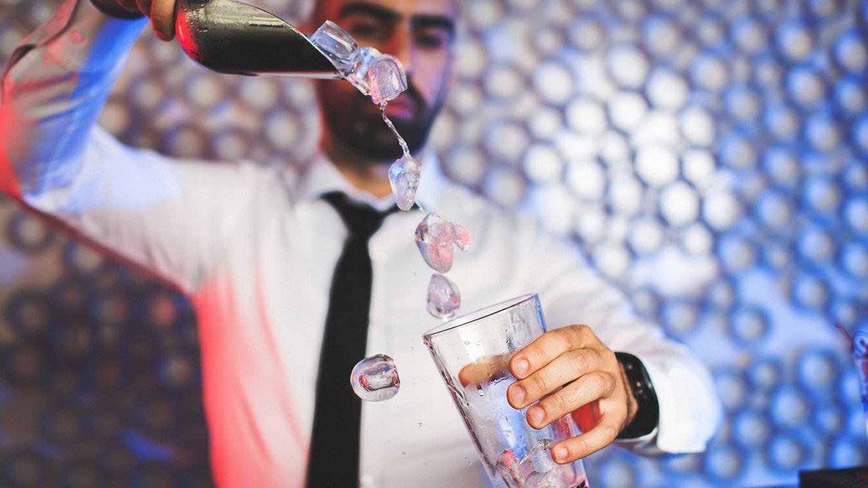 Un camarero revela la cruda verdad sobre los hielos en la bebida