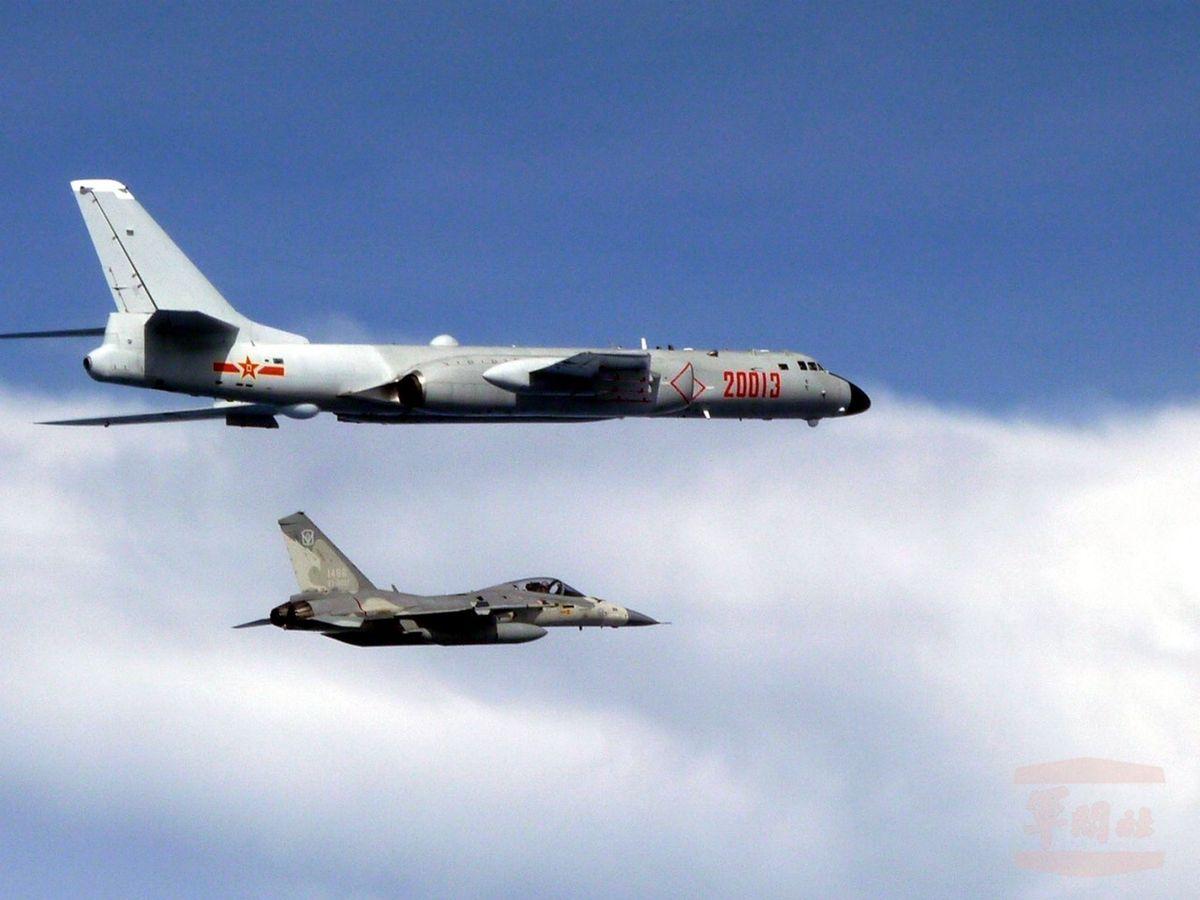 Foto: Un caza de la Fuerza Aérea taiwanesa intercepta a un bombardero chino H-6. (EFE)