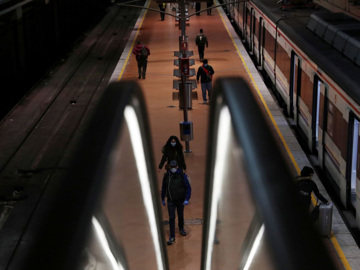 Foto: Viajeros en la estación de Atocha, en Madrid, este lunes. (Reuters)