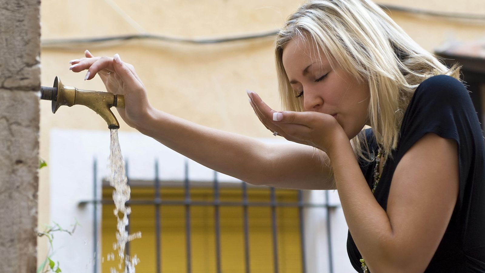 Foto: Debemos beber agua a menudo si no queremos notar los efectos de la deshidratación.