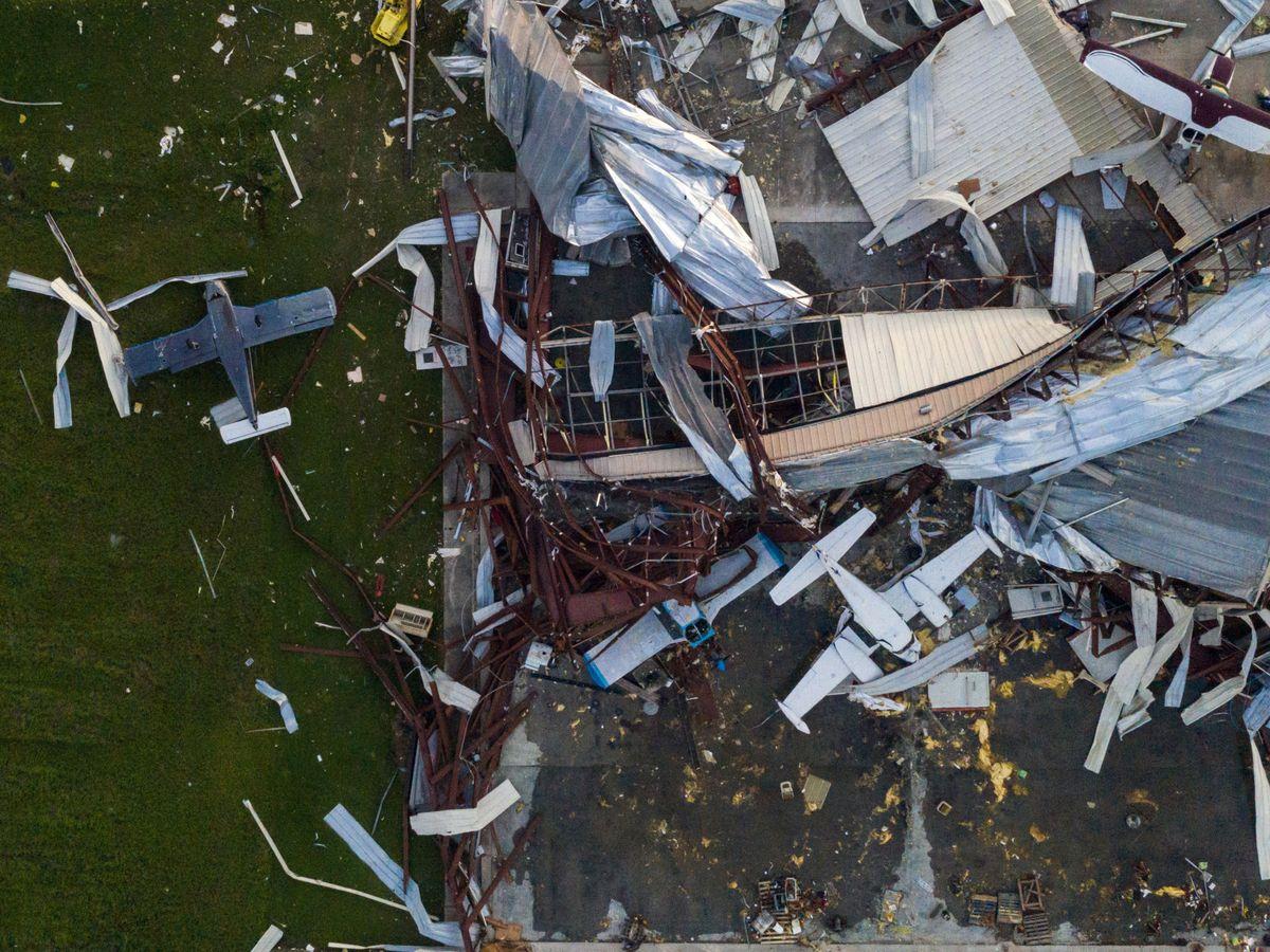 Foto: Destrozos de Laura en un hangar de Sulphur, Louisiana, desde un dron. (Reuters)