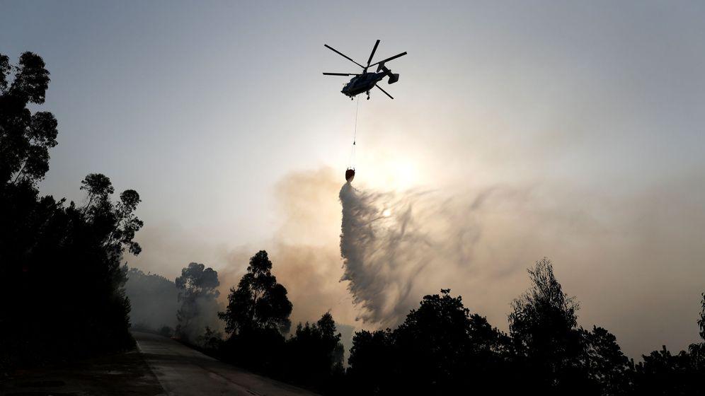 Foto: Foto de archivo de un helicóptero sobrevolando una zona de bosque portuguesa. (EFE)