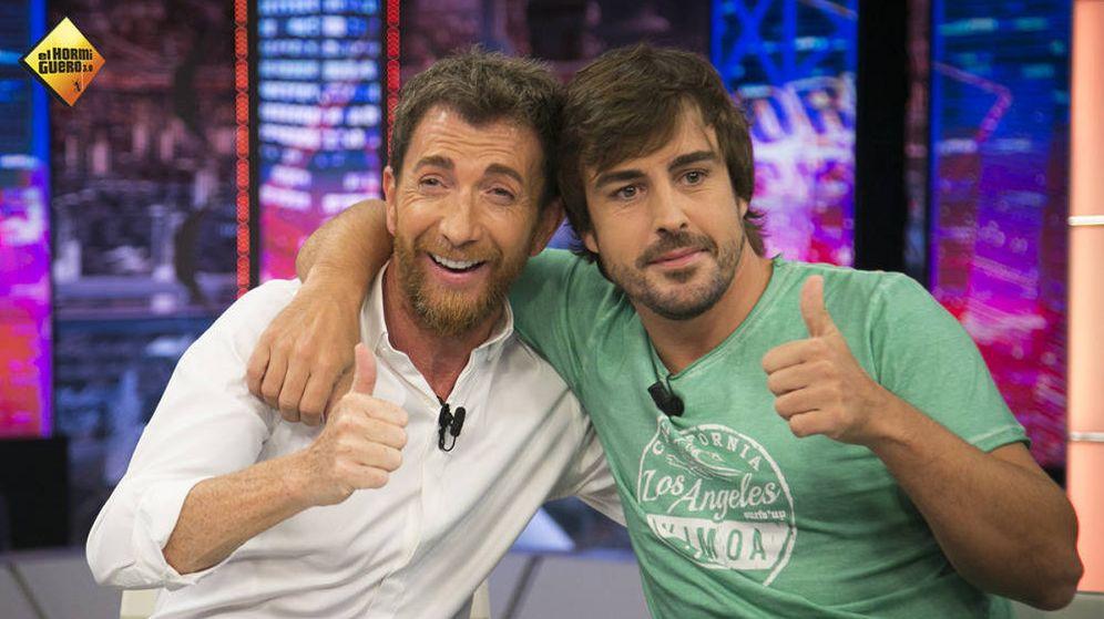 Foto: Pablo Motos con Fernando Alonso, primer invitado de la temporada. (Atresmedia)