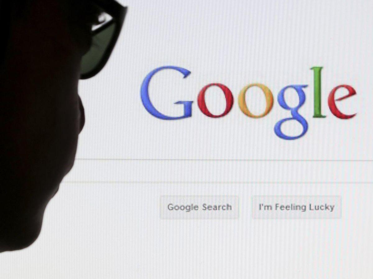Foto: Un usuario contempla el buscador del navegador de Google (REUTERS)