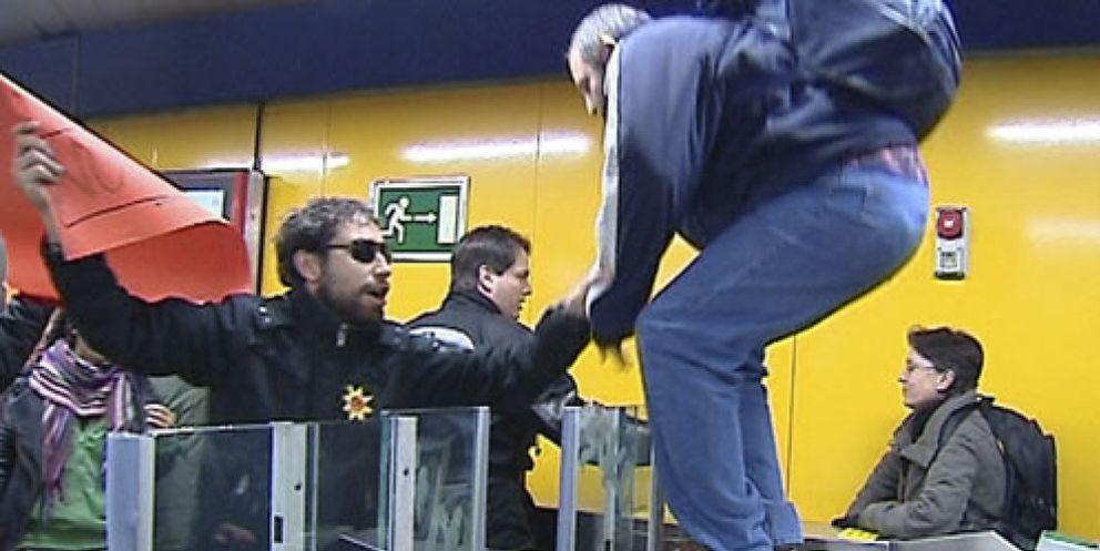 Foto: Se crea la 'mutua de usuarios' Mementro para colarse  en el transporte público 'sin miedo'