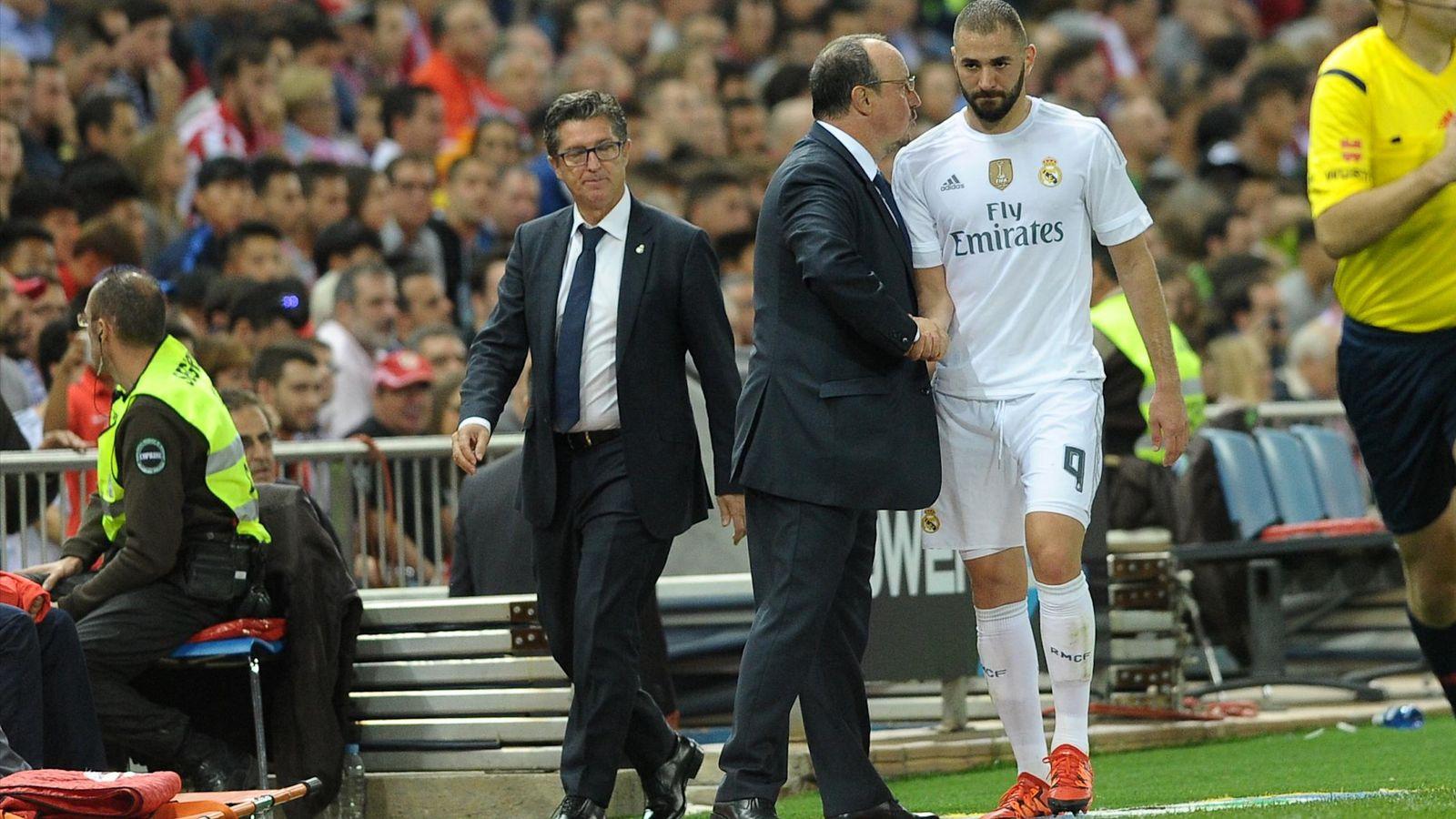 Foto: Rafa Benítez saluda a Benzema, tras sustituirle en el derbi del Calderón (Cordon Press)